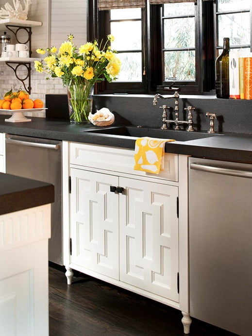 choosing kitchen cabinet hardware (knobs or handles)